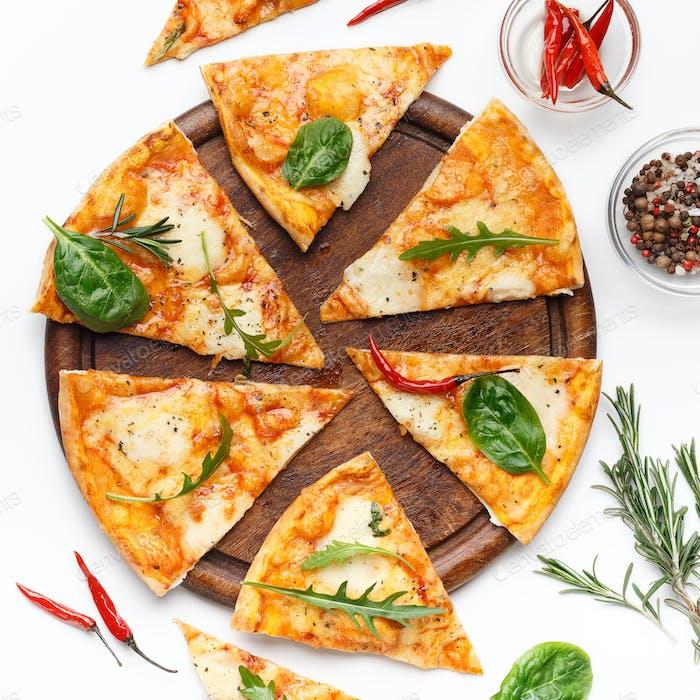 Scheiben Käse Pizza serviert auf Holzbrett