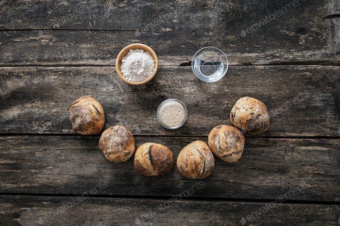 Frisch gebackene hausgemachte Brotbrötchen und seine Zutaten