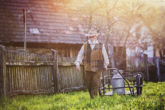 Bauer mit Milchkessel
