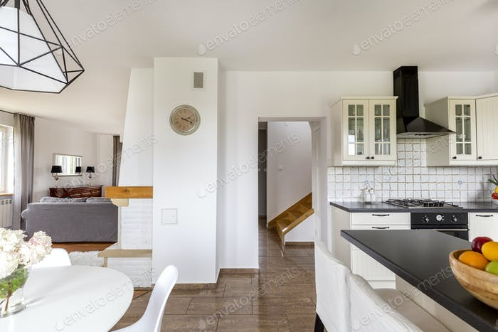 Modernes Haus mit weißen Wänden