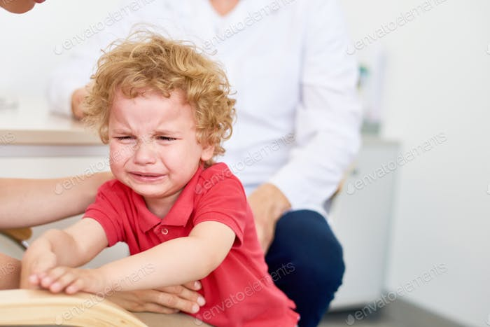 Weinen kleiner Junge im Kinderarzt Büro