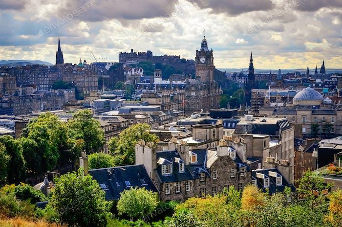 Blick auf die Skyline von Edinburgh mit dem Schloss im Hintergrund, Schottland