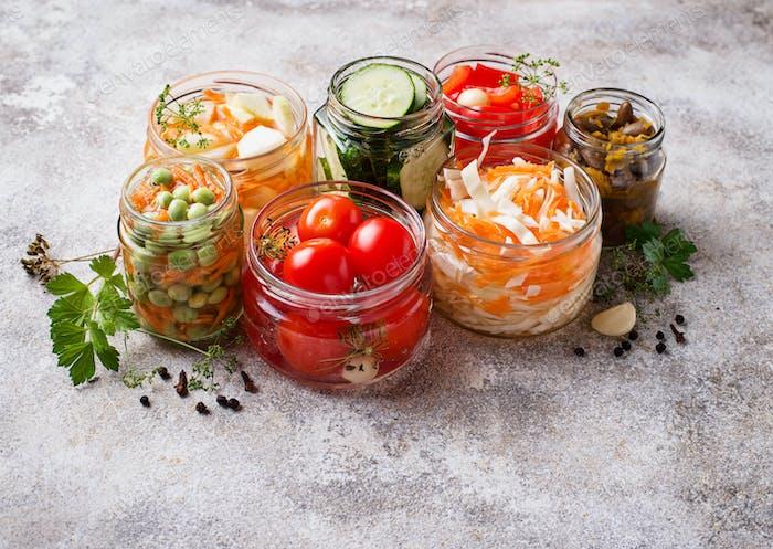 Fermentiertes Essen. Konserviertes Gemüse in Gläsern
