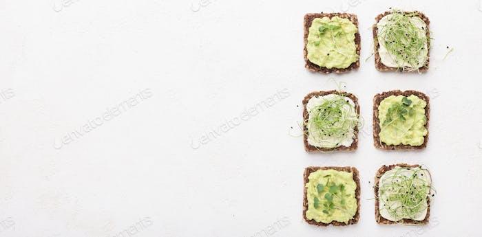 Sandwiches mit Tofu-Käse, Avocado und Mikrogrün