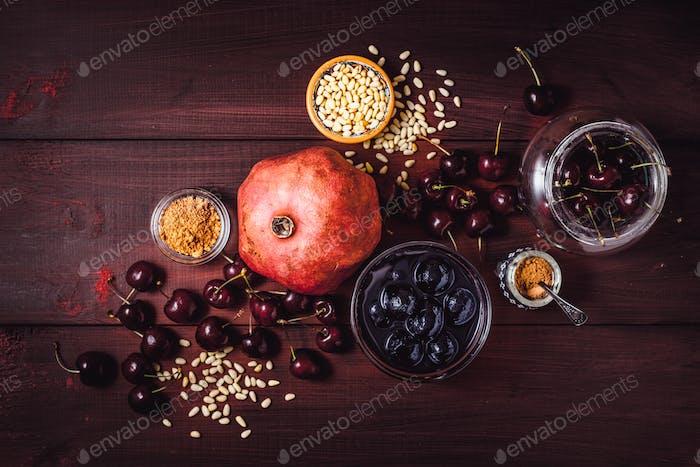 Stillleben mit Granatapfel, Kirsche und Gewürzen.