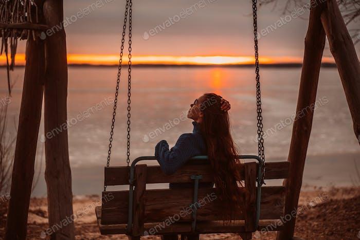 Frau genießen Zeit entspannen am schönen See bei Sonnenaufgang