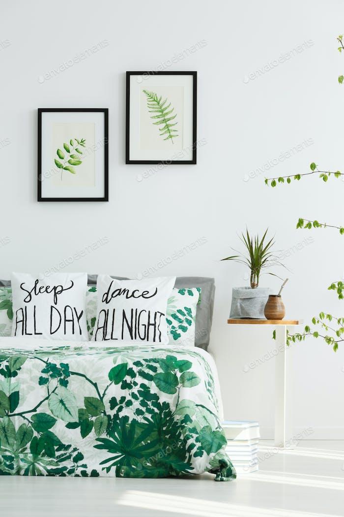 Dormitorio blanco con carteles de hojas