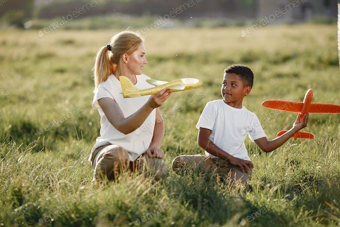 Famille multiraciale jouant dans un parc d'été