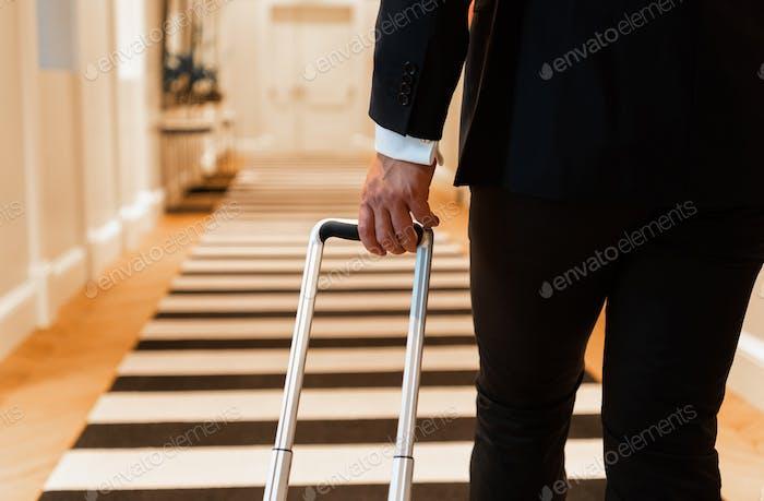 Ernte Geschäftsmann zu Fuß im Hotel-Korridor