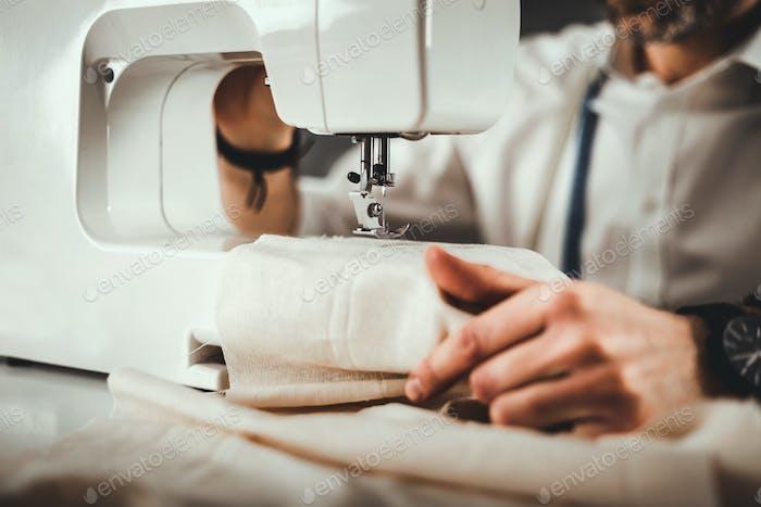 Máquina de coser durante el trabajo, de cerca