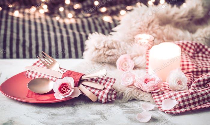 Valentinstag festliches Abendessen auf einem Besteck aus Holz