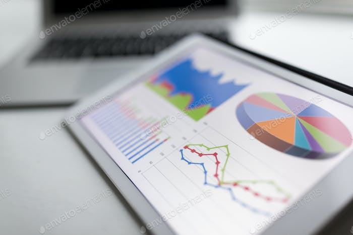 Tablet con gráfico estadístico empresarial