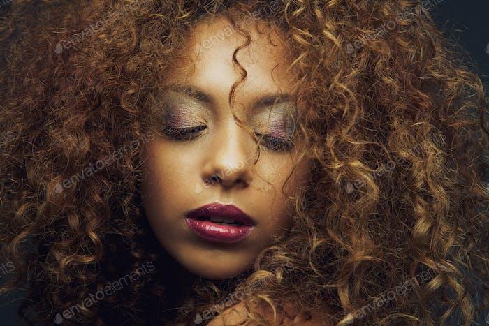 Schöne afrikanische amerikanische weibliche Mode-Modell
