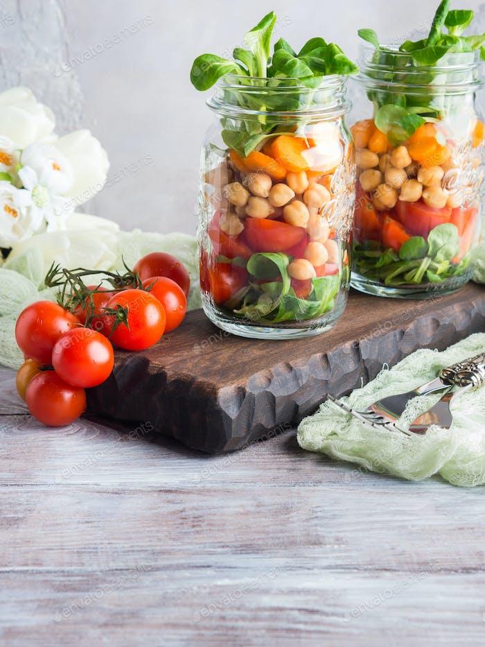 Frischer Salatmittag in Einmachgläsern serviert