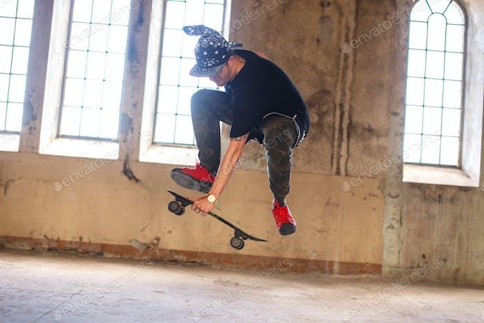 Человек в гангстерской маске со скейтбордом.