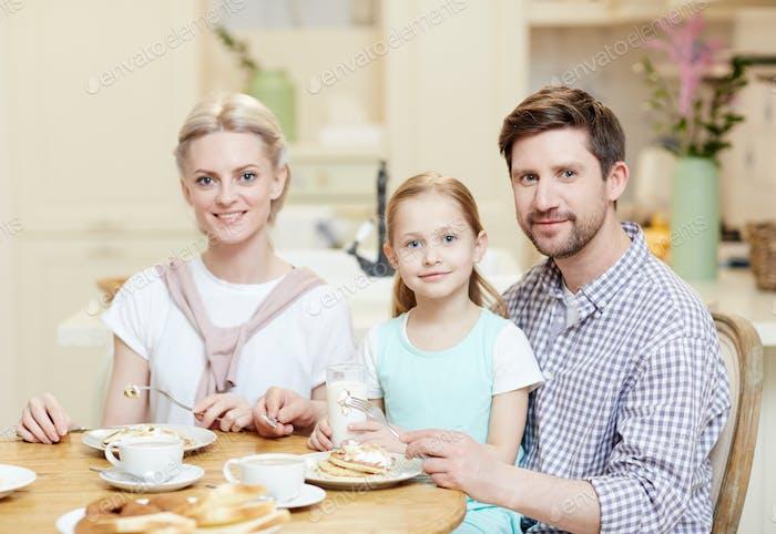 Familie nach servierten Tisch
