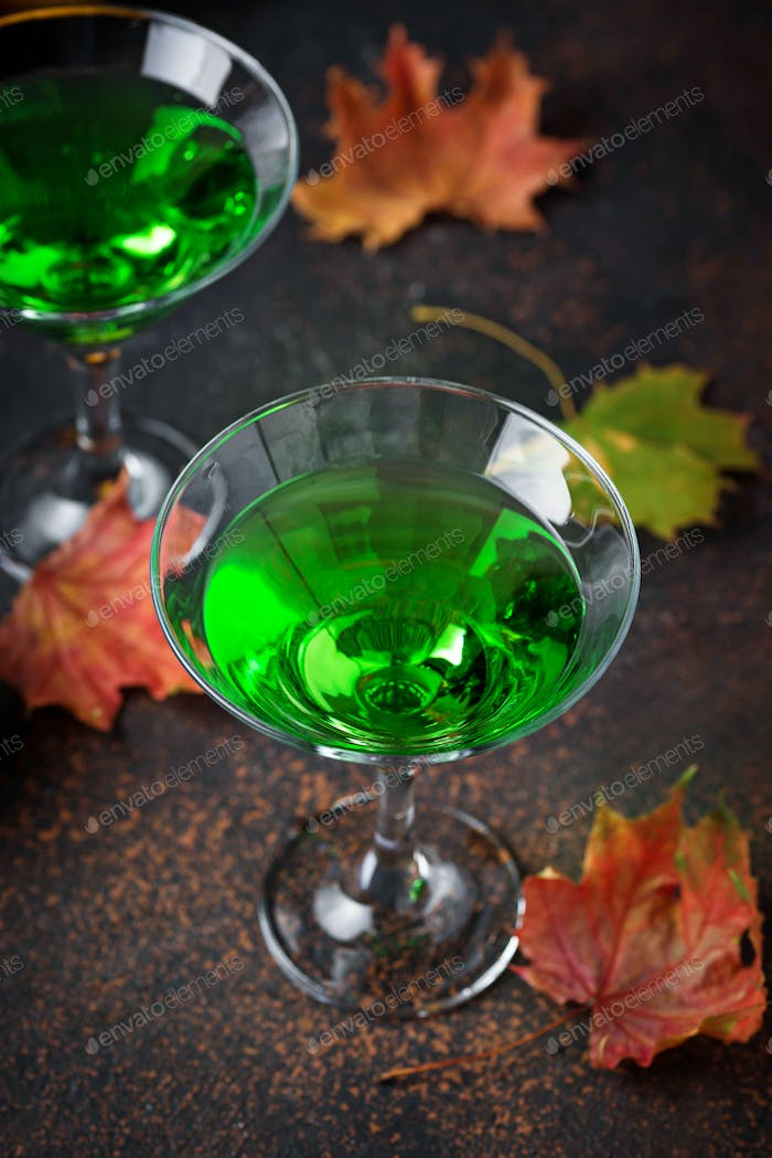 Halloweens gruseliger Drink grüner Martini Cocktail