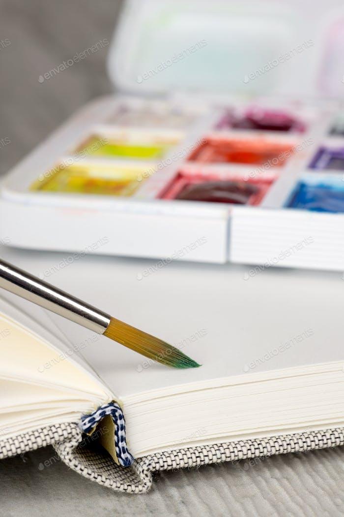 Farben und Skizzenbuch
