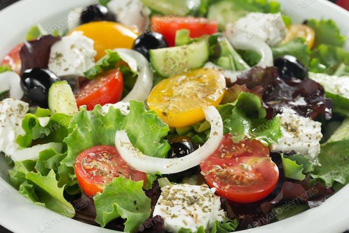 frischer griechischer Salat in Teller