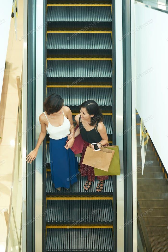 Freunde im Einkaufszentrum