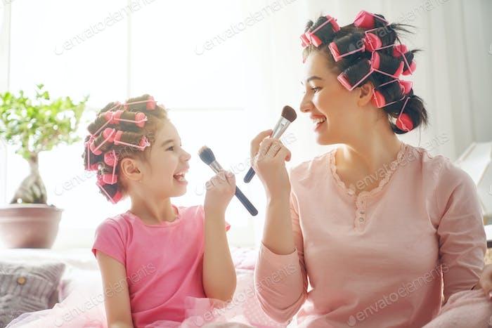 Mama und Kind tun Make-up