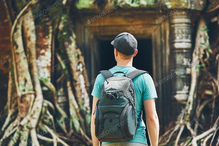 Reisende im alten Tempel