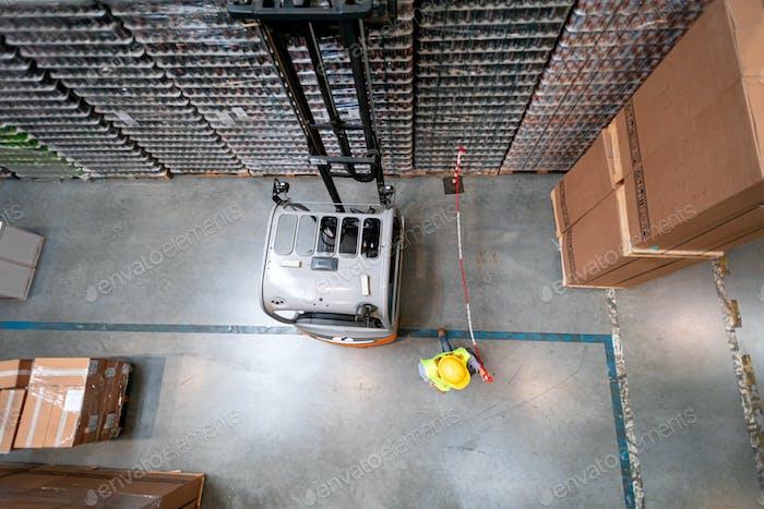 Вилочный погрузчик на складе на работе, вид выше