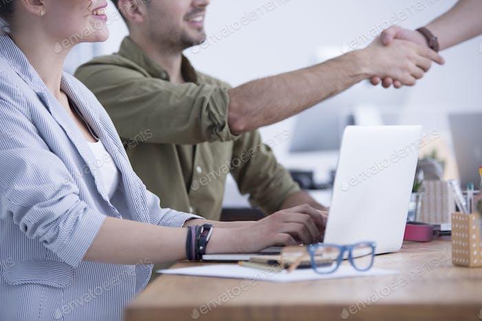 Dar la mano después de la entrevista de trabajo