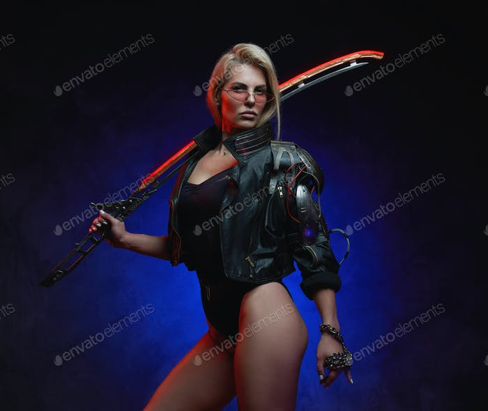 Futuristische Frau mit kybernetischer Hand und Schwert im dunklen Hintergrund