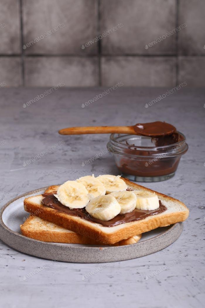 Toast mit Schokoladenpaste und Banane