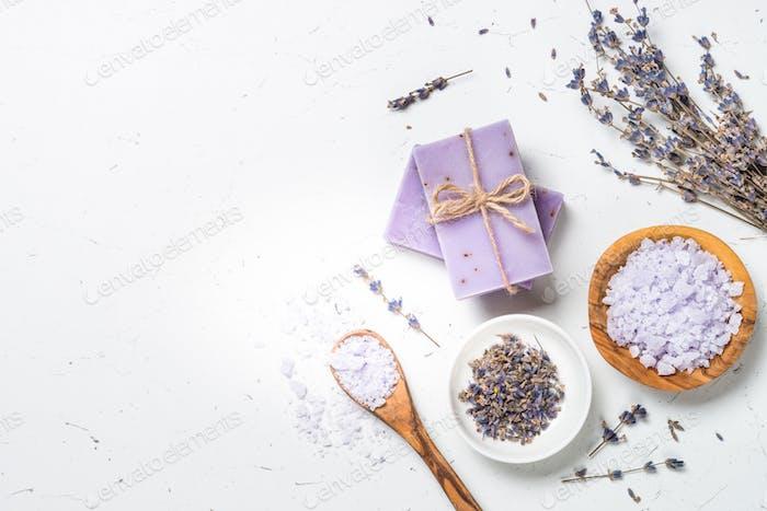 Lavendelkosmetik auf weißem Draufsicht