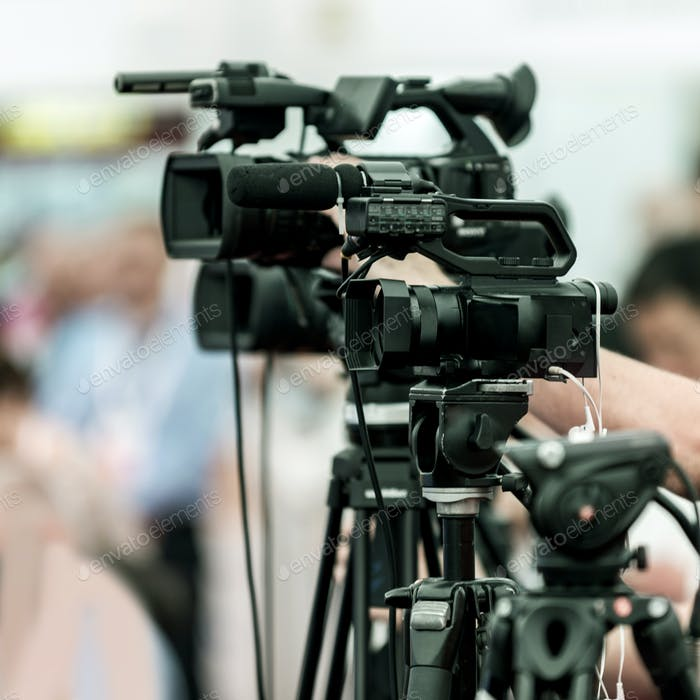 Kamera auf der Medienkonferenz