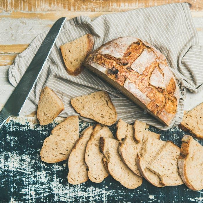 Sauerteig Weizenbrot in Scheiben geschnitten auf Tisch, quadratische Ernte