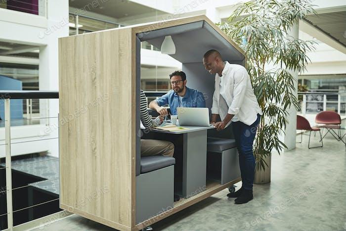 Улыбающиеся бизнесмены, работающие вместе в офисе встречи стручок