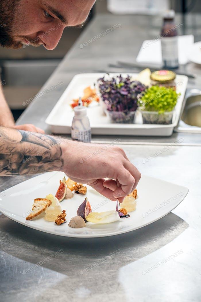 Ein Koch bereitet Vorspeise