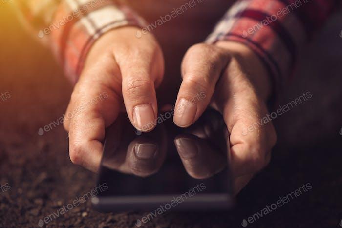 Nahaufnahme der Hände mit dem Handy