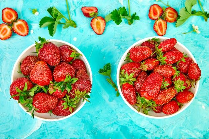 Erdbeeren im weißen Korb.