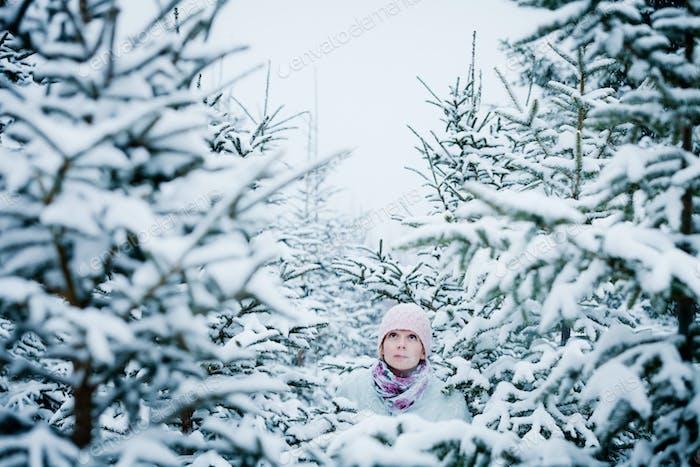 Verlorene Frau im Wald nach Schneesturm