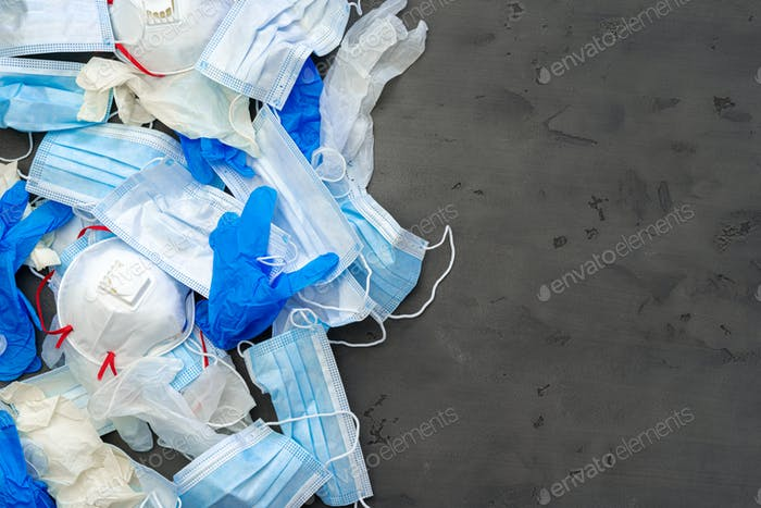 OP-Handschuhe und medizinische Schutzmaske auf dunklem Hintergrund