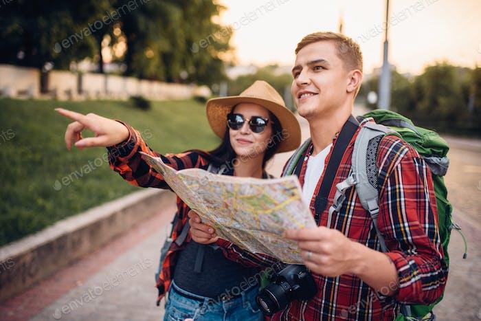 Wanderer, die Sehenswürdigkeiten der Stadt auf der Karte suchen