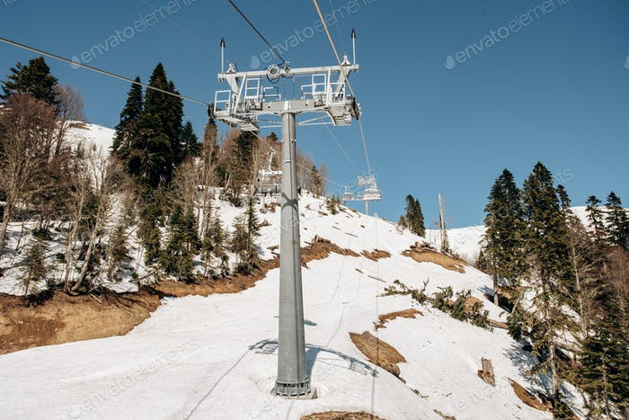 Seilbahn Skilifte. Seilbahn in den Bergen. Bäume in den Bergen in der Nähe der Seilbahn.