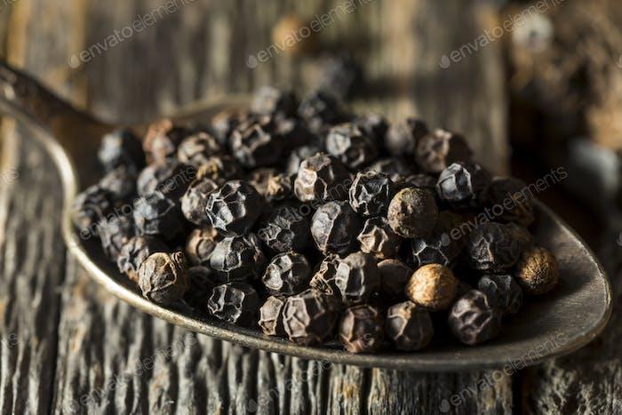 Granos de pimienta negra orgánica cruda