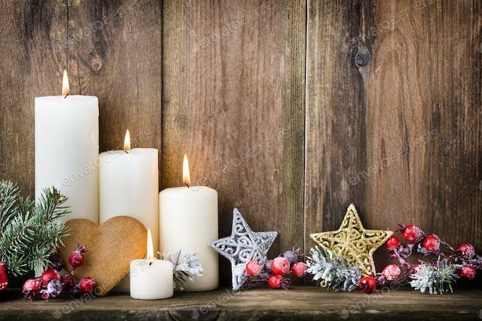 Weihnachts-Adventskerzen mit festlichem Dekor.