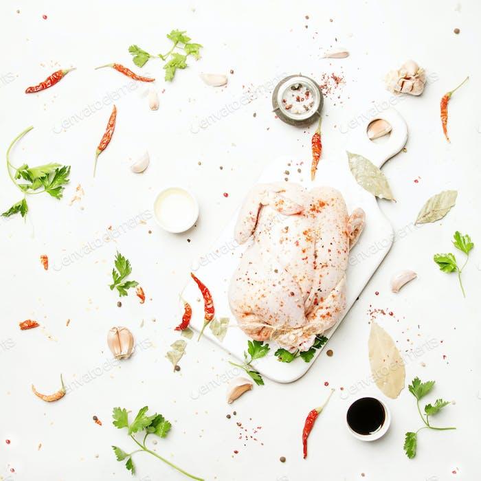 Rohes ganzes Huhn mit Gewürzen und Marinade