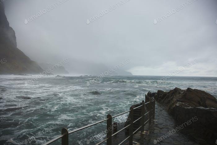 Bewölkter Tag am Meer