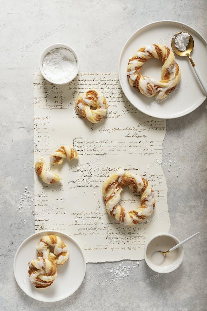 süße runde Desserts mit glasiertem Zucker