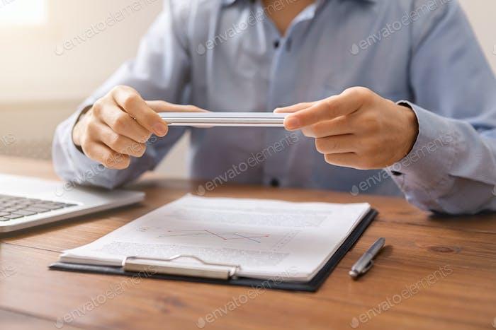 Mann hält Smartphone in horizontaler Ausrichtung mit Scanner-app