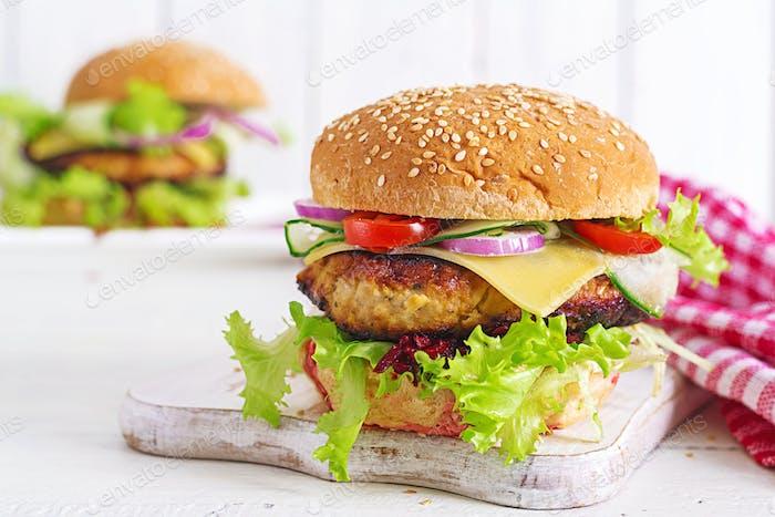 Lecker gegrillter hausgemachter Hamburger mit Burger Huhn, Tomaten, Käse, Gurke