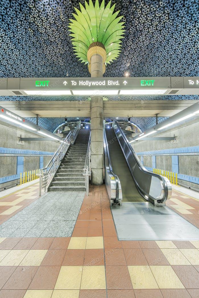 Verziertes Dachdetail, Säulen und Rolltreppe in der U-Bahn