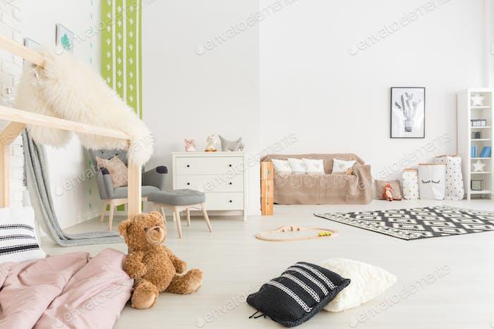 Geräumiges Kinderzimmer mit Bett